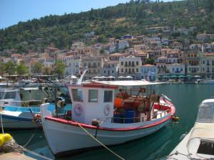 Ausblick auf den Hafen von Githio mit dem dicht bebauten Berghang im Hintergrund