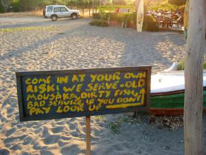 Warnschild bei einer Taverne nahe Githion-Bay