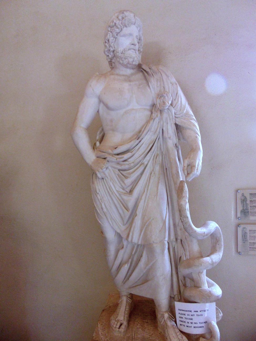 Statue des heiligen Asklepios in Epidauros auf dem Peloponnes.