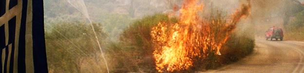 Feuer brennt am Straßenrand auf dem Peloponnes.