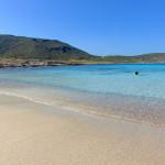Gegenüber von Simos Beach finden Sie eine kleinere Bucht auf der windabgewandten Seite der Insel. Eine gute Alternative bei starkem Wind.