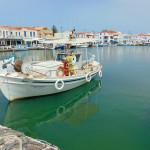Der Hafen von Elafonisos mit seinen zahlreichen Fischerbooten. Im Hintergrund die Tavernen an der Hafenpromenade.