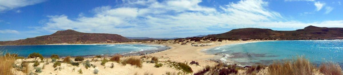 """Das unglaubliche Panorama der Doppelbucht """"Simos Beach"""" von Elafonisos."""
