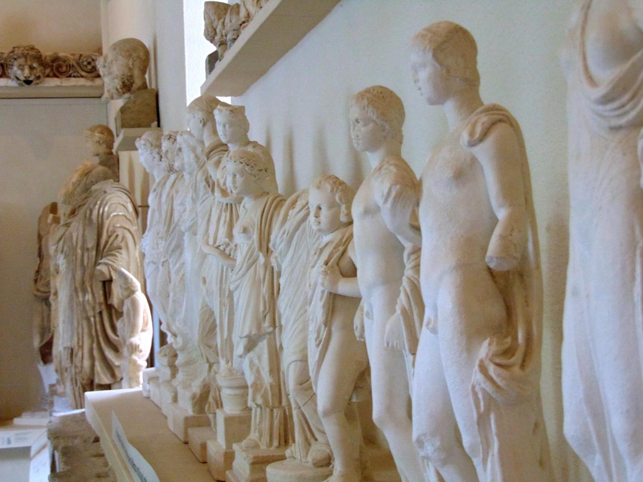 Weitere Statuen aus dem antiken Epidauros.