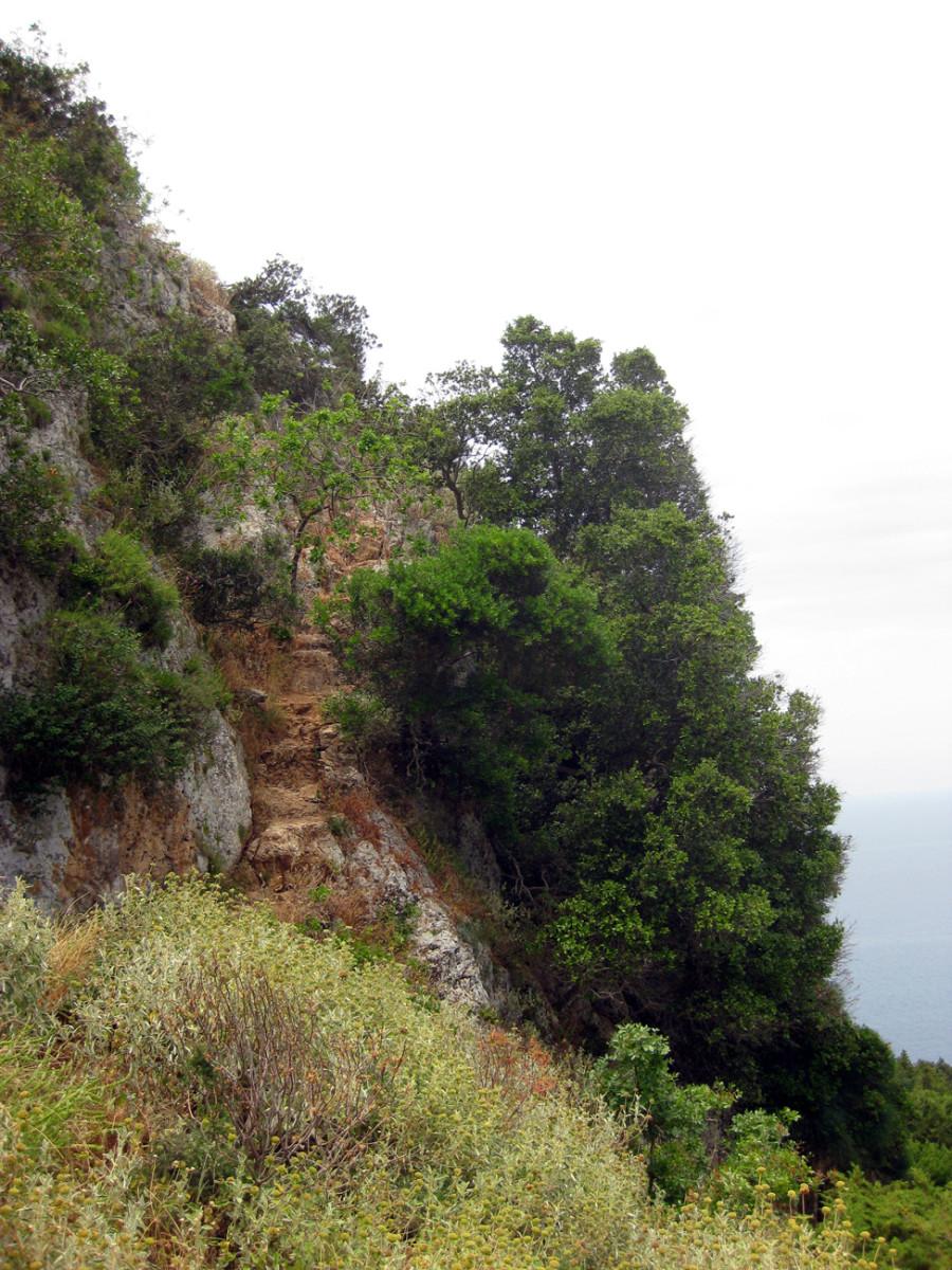 Der halsbrecherische, unbefestigte Kletterpfad von der Ochsenbauchbucht zum Paleo Kastro.