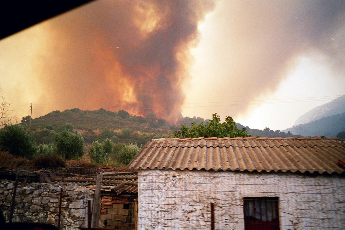 Brennende Pflanzungen nahe einer Ortschaft auf dem Peloponnes.