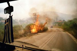 Flammen schlagen auf eine Straße auf dem Peloponnes.