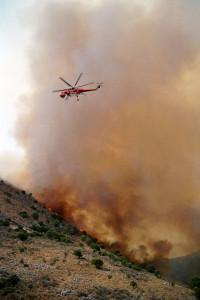 Ein Helikopter im Löscheinsatz gegen das Feuer auf dem Peloponnes.