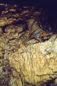 Gesteinsformationen in der Höhle Pirgos Dirou.
