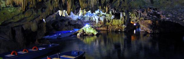 Tropfsteinhöhle von Pirgos Dirou - der Eingangsbereich mit Booten