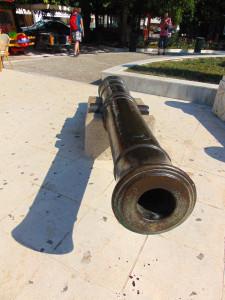 Kanone auf dem Marktplatz von Pylos.
