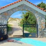 """Vom Campingplatz """"Simos Beach"""" auf Elafonisos führt ein Bohlenweg durch die Dünen direkt zum Strand."""