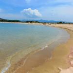 Der langgezogene Strand der Ochsenbauchbucht Voudokilia.