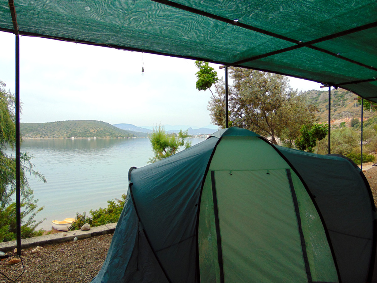 Die Stellplätze von Lefka Beach Camping befinden sich zum Teil direkt oberhalb des schmalen Strandes.