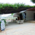 Die Rezeption und Taverne von Lefka Beach Camping.