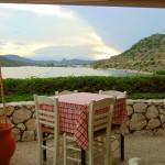 Von der Terrasse der Taverne aus bietet sich ein schöner Blick über die Bucht.
