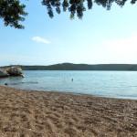 Der schmale Strand von Lefka Beach Camping - sauberes Wasser und viele Seeigel.