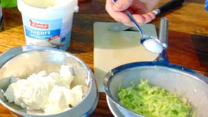 Gurkenraspel salzen und abtropfen lassen