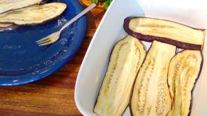 Moussaka: Zunächst werden die gegrillten Auberginen in die Form geschichtet.