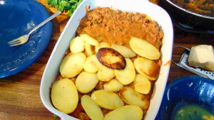 Nach den Auberginen folgen die Hackmasse und die Kartoffeln.