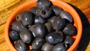 Griechische Oliven und das Olivenöl sind weltberühmt. Besonders die aromatische Kalamata-Olive gilt als Delikatesse.