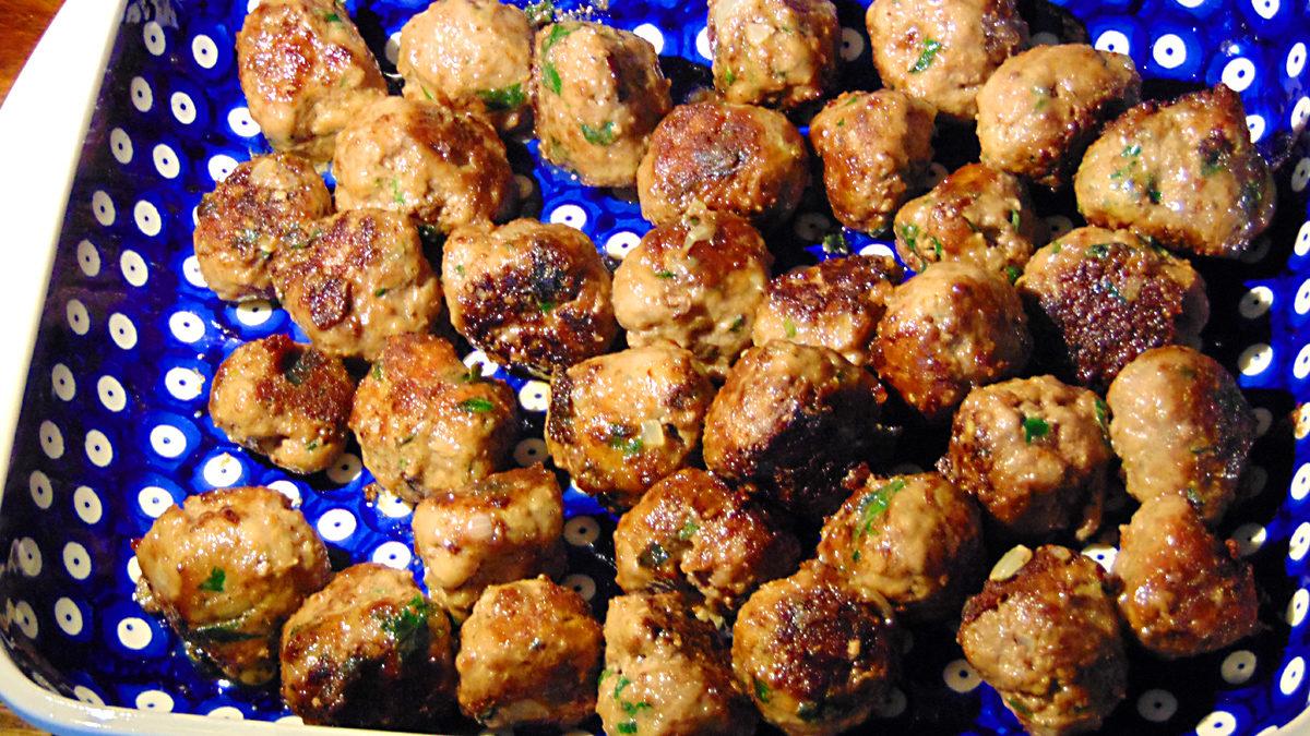 Keftedes sind die aromatischen Fleischbällchen griechischer Art - Sie können sie in Tomatensoße oder wie hier als Mezedes genießen.