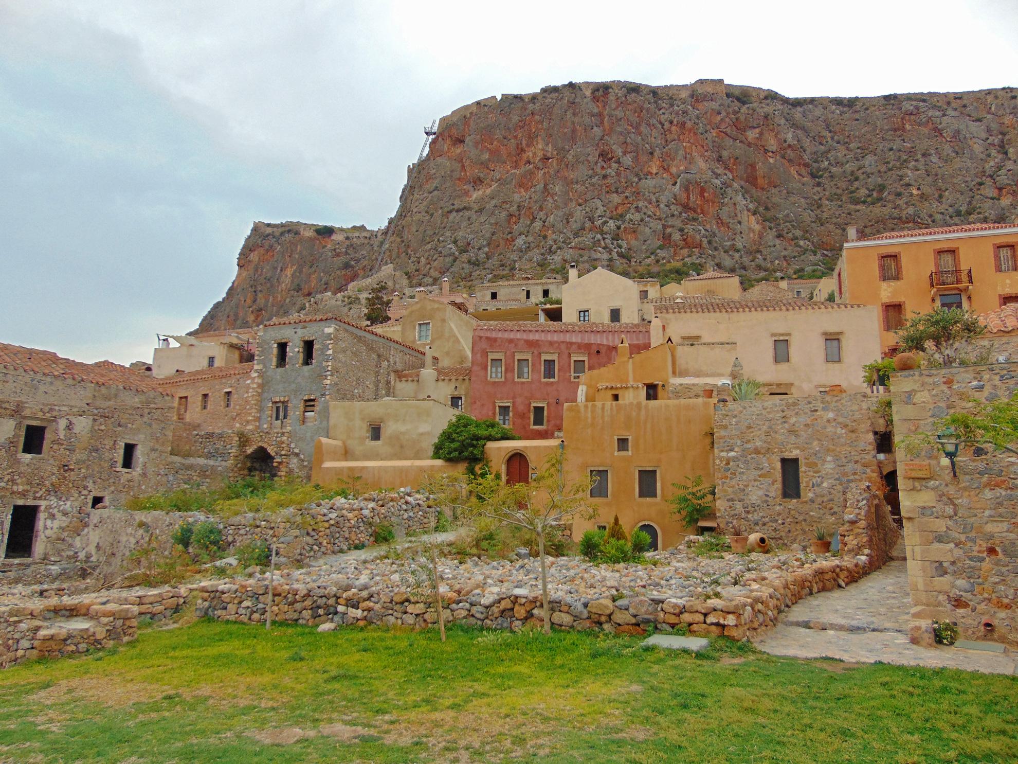 Am Fuße des Felsens liegen hübsche Häuser