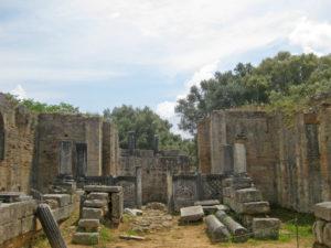 Die Überreste eines Badehauses in Olympia