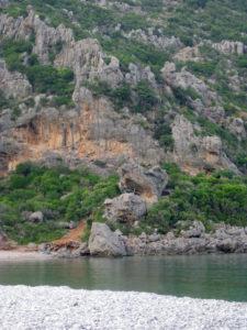 Die Richea-Bucht wird von steilen Felsen gesäumt