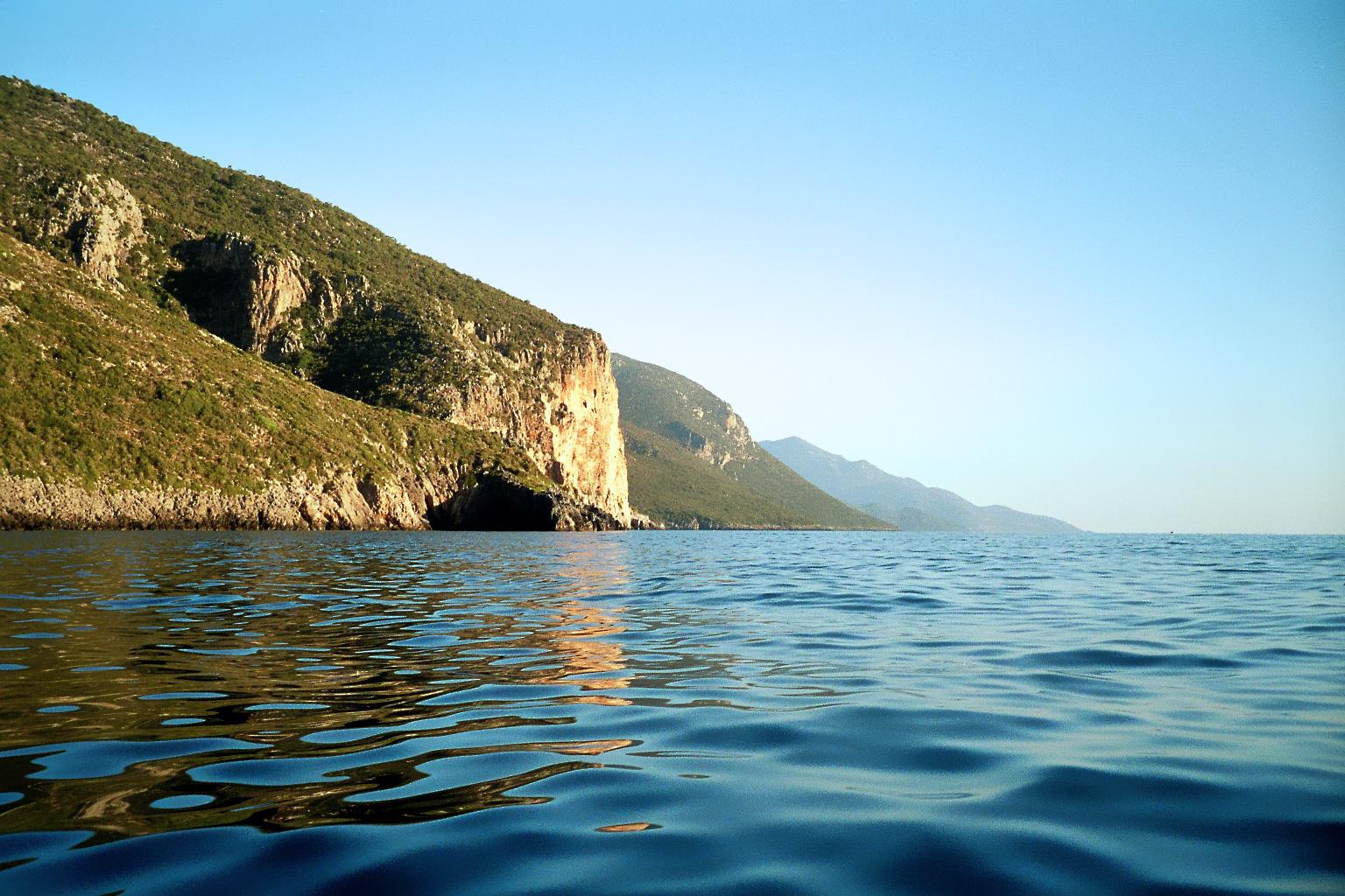 Mit dem Schlauchboot entlang der Steilküste.