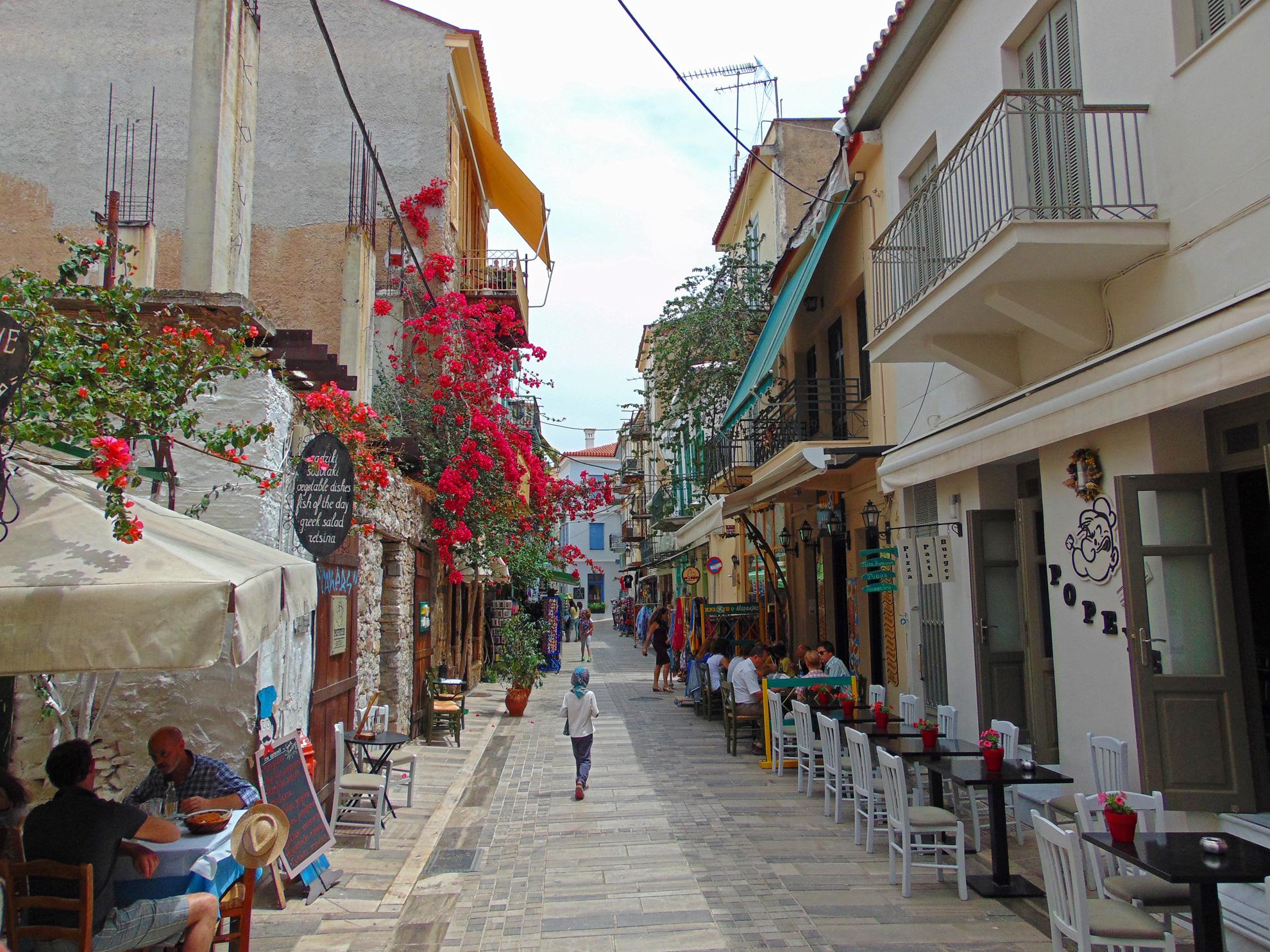 Gasse mit Cafés und Restaurants in Nafplio.